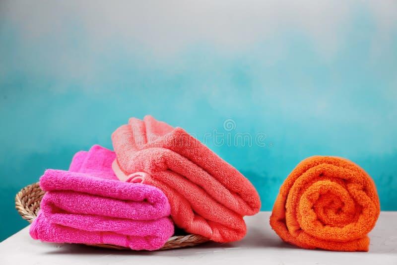 Μαλακές πετσέτες χρώματος στον πίνακα στοκ φωτογραφία με δικαίωμα ελεύθερης χρήσης