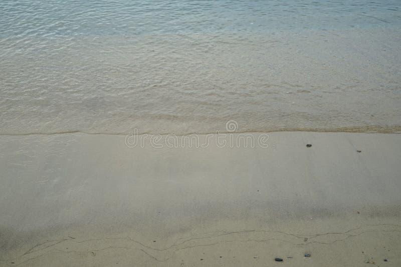 Μαλακή αμμώδης παραλία κρητιδογραφιών με το φρέσκο κρύσταλλο - σαφές υπόβαθρο γραμμών κυμάτων θαλάσσιου νερού και copyspace στην  στοκ φωτογραφίες με δικαίωμα ελεύθερης χρήσης