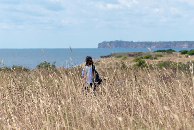 Μαλακή εικόνα εστίασης μιας οδοιπορίας κοριτσιών θαλασσίως στοκ εικόνες με δικαίωμα ελεύθερης χρήσης