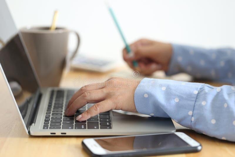 Μαλακή εστίαση της νέας γυναίκας του freelancer που εργάζεται χρησιμοποιώντας το φορητό προσωπικό υπολογιστή στη καφετερία, την τ στοκ φωτογραφίες