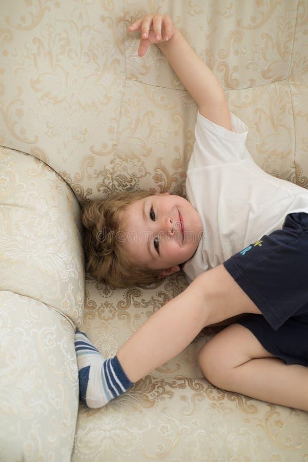 Μαλακή και εύχρηστη τρίχα Μικρό αγόρι με τα ξανθά μαλλιά Ρουτίνα παιδιών haircare Υγιείς συνήθειες haircare Μικρό παιδί με στοκ εικόνες με δικαίωμα ελεύθερης χρήσης