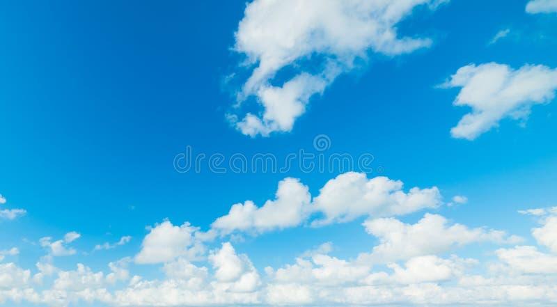 Μαλακοί σύννεφα και μπλε ουρανός στο Μαϊάμι στοκ εικόνα