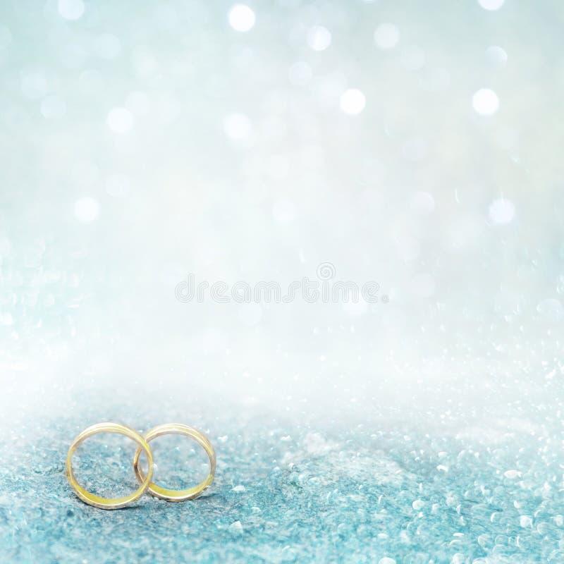 Μαλακό έμβλημα ιπτάμενων ή Ιστού με δύο γαμήλια χρυσά δαχτυλίδια στοκ εικόνα με δικαίωμα ελεύθερης χρήσης
