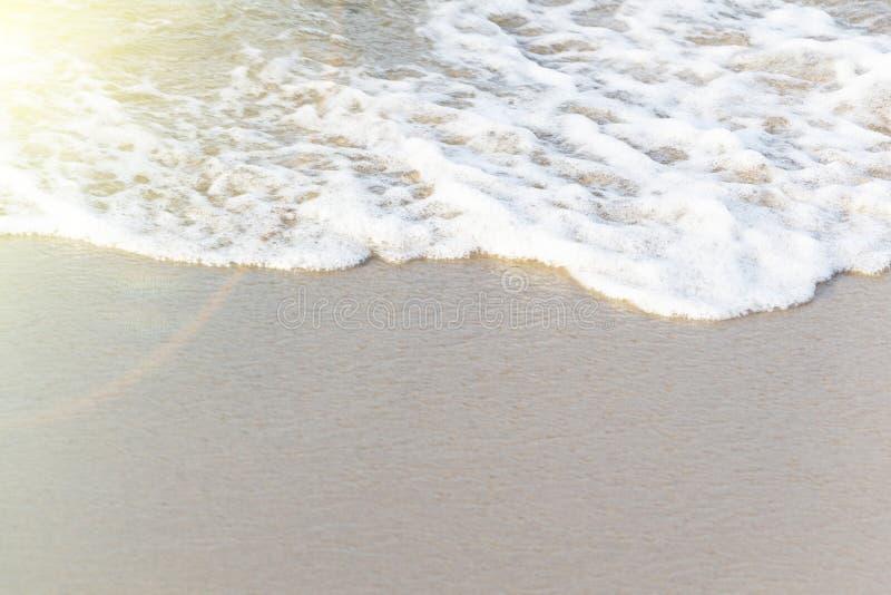 Μαλακό κύμα του ωκεανού στην αμμώδη παραλία ενάντια ανασκόπησης μπλε σύννεφων πεδίων άσπρο σε wispy ουρανού φύσης χλόης πράσινο Ε στοκ φωτογραφία