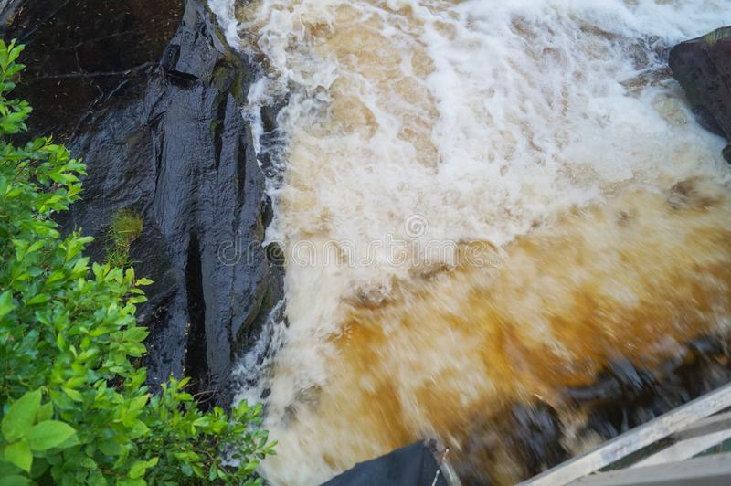 Μαλακό νερό του ρεύματος στο φυσικό πάρκο, όμορφος καταρράκτης στοκ φωτογραφία