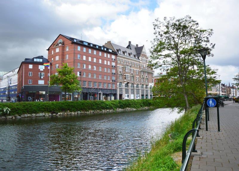 ΜΑΛΜΟΕ, ΣΟΥΗΔΙΑ - 31 ΜΑΐΟΥ 2017: Παλάτια και πάρκο που αγνοούν το κανάλι του Μάλμοε, Σουηδία στοκ φωτογραφία με δικαίωμα ελεύθερης χρήσης