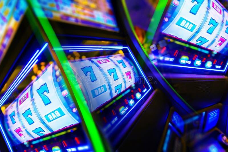 Μανία χαρτοπαικτικών λεσχών μηχανημάτων τυχερών παιχνιδιών με κέρματα στοκ φωτογραφίες
