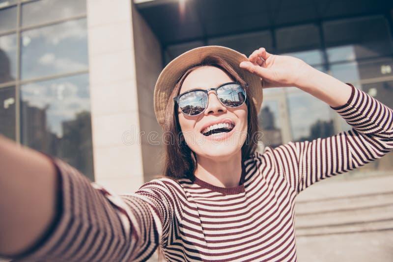 Μανία Selfie! Το συγκινημένο νέο κορίτσι κάνει selfie σε μια κάμερα S στοκ εικόνες με δικαίωμα ελεύθερης χρήσης
