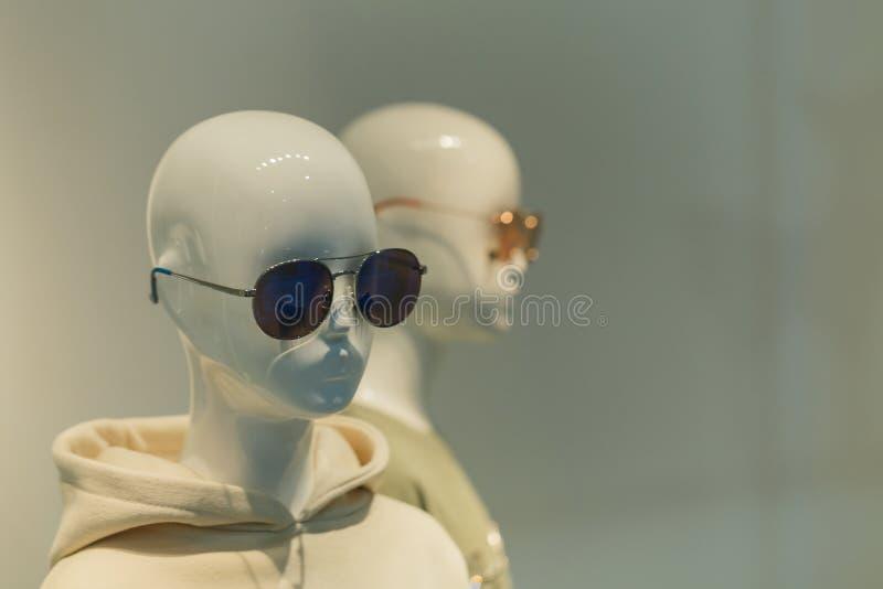 Μανεκέν γυναικών στα ενδύματα ύφους Καλών Τεχνών στο κατάστημα, μανεκέν, ντύνοντας κατάστημα, ενδύματα στα πολυκαταστήματα στοκ φωτογραφία