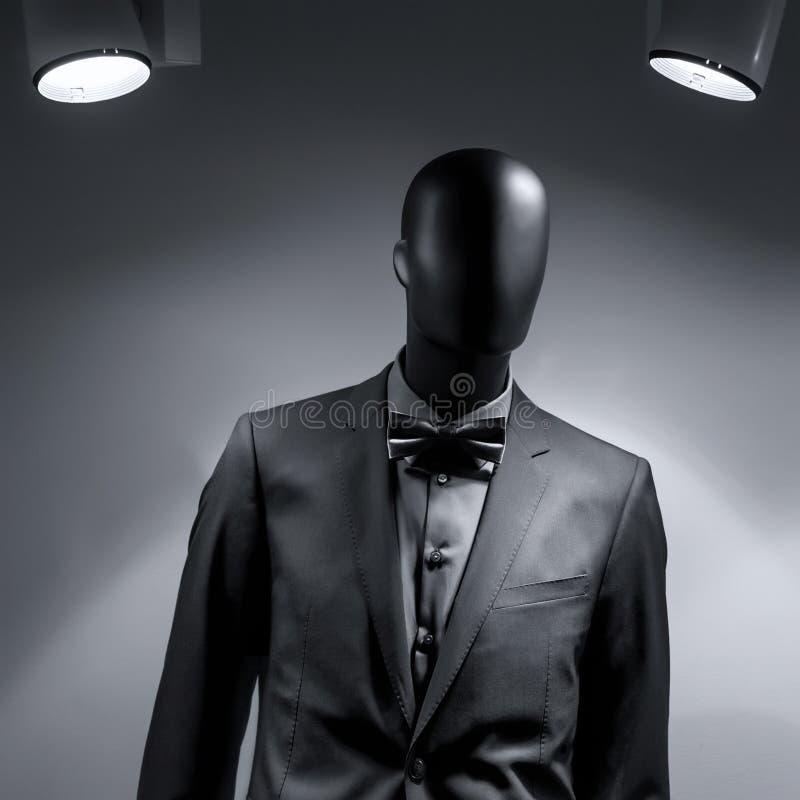 Μανεκέν μόδας στο μαύρο κοστούμι στοκ εικόνες