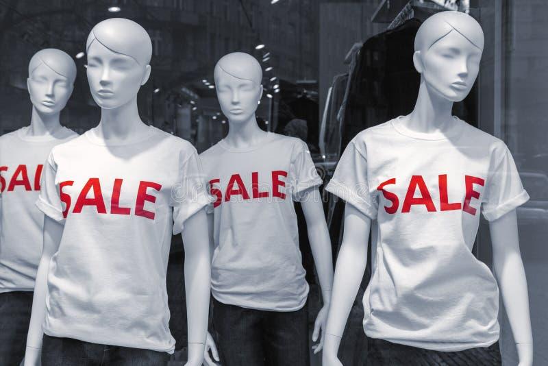 Μανεκέν που φορούν τις μπλούζες πώλησης στοκ φωτογραφίες