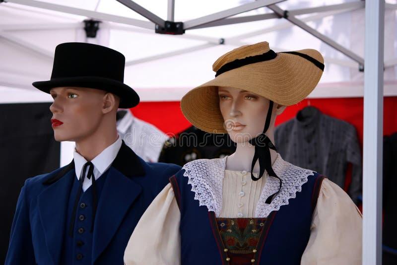 Μανεκέν στα φορέματα παλαιός-μόδας στοκ φωτογραφία