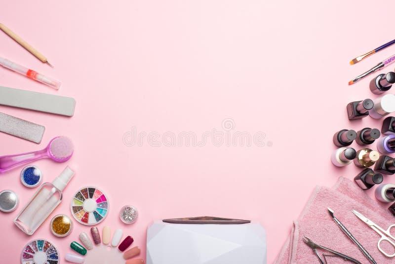 Μανικιούρ - εργαλεία για, στιλβωτικές ουσίες πηκτωμάτων, όλες για την επεξεργασία των καρφιών, η έννοια της ομορφιάς, προσοχή Έμβ στοκ φωτογραφία