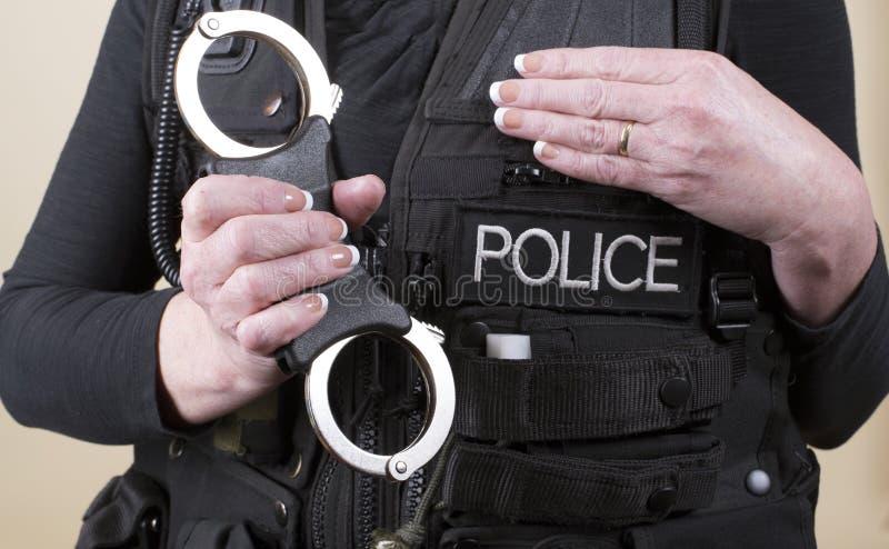 Μανσέτες χεριών εκμετάλλευσης αστυνομικών στοκ εικόνες