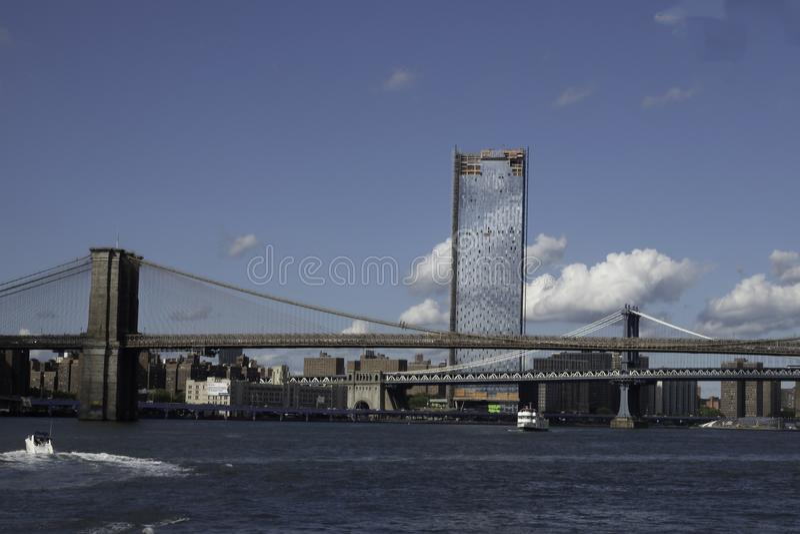 Μανχάταν και γέφυρες του Μπρούκλιν στον ανατολικό ποταμό στοκ φωτογραφίες με δικαίωμα ελεύθερης χρήσης