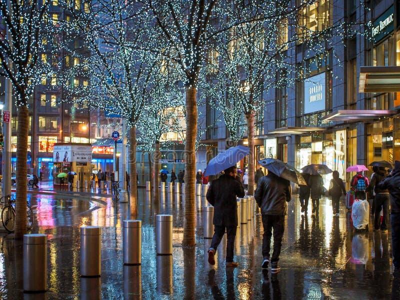 Μανχάταν, Νέα Υόρκη, Ηνωμένες Πολιτείες της Αμερικής - 3 Ιανουαρίου 2015: Άνθρωποι μπροστά από το κέντρο της Time Warner στοκ εικόνες