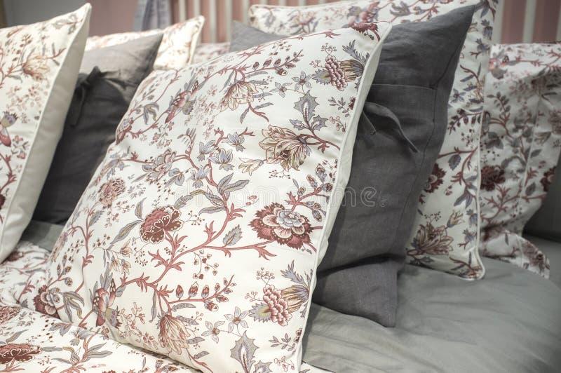 Μαξιλάρια κρεβατιών στην αίθουσα αγοράς ανοικτός-ραφιών στο κατάστημα της Ikea στοκ εικόνα