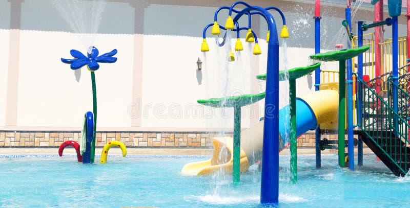Μαξιλάρι παφλασμών ή sprayground στο πάρκο νερού λιμνών για τα παιδιά, έννοια υποβάθρου δραστηριότητας παιδιών στοκ εικόνες