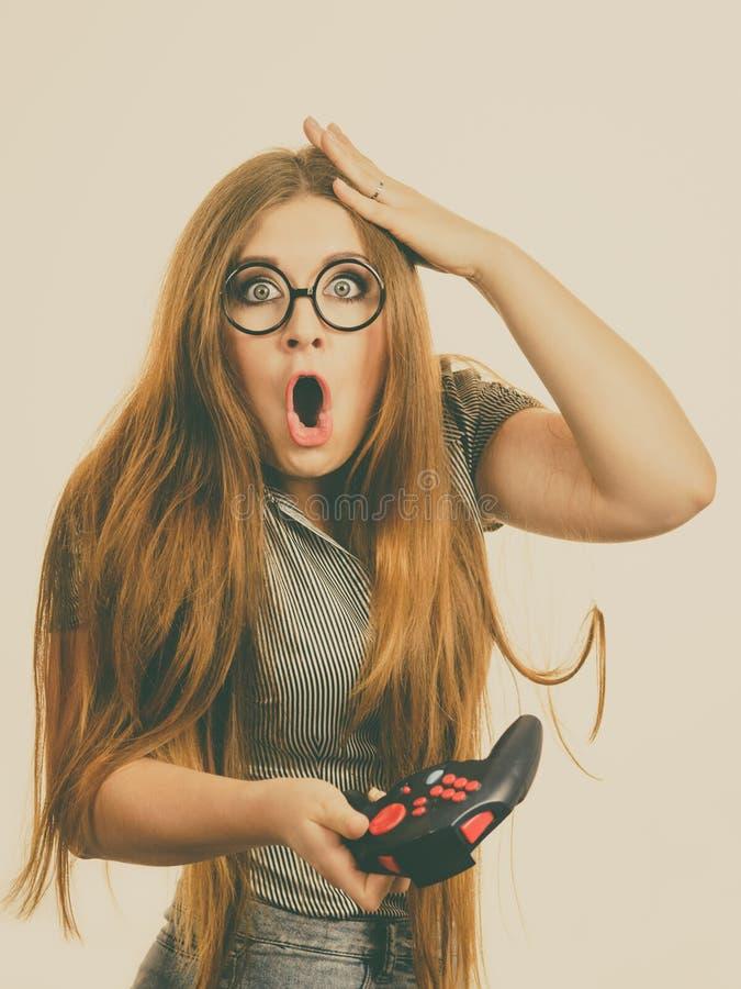 Μαξιλάρι τυχερού παιχνιδιού εκμετάλλευσης γυναικών Gamer στοκ φωτογραφία με δικαίωμα ελεύθερης χρήσης