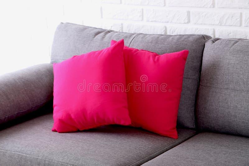 Μαξιλάρια στον γκρίζο καναπέ στοκ φωτογραφίες με δικαίωμα ελεύθερης χρήσης
