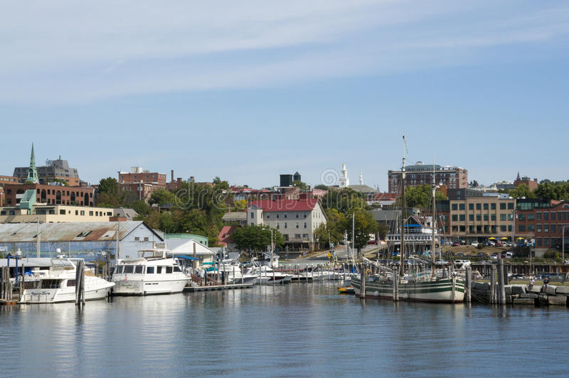 Μαρίνα και ορίζοντας του Μπέρλινγκτον Βερμόντ από τη λίμνη Champlain στοκ φωτογραφία