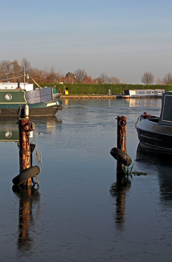 Μαρίνα καναλιών με τις στενές βάρκες στοκ εικόνες με δικαίωμα ελεύθερης χρήσης