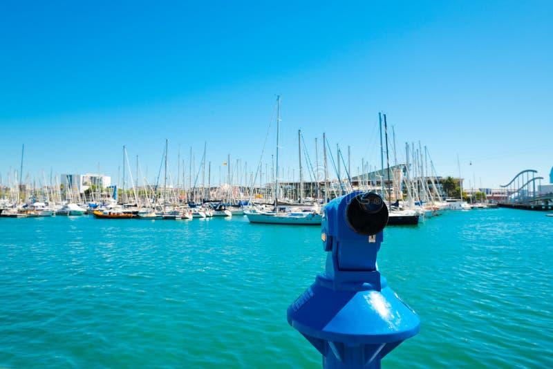 Μαρίνα λιμένων της Βαρκελώνης με το μπλε τηλεσκόπιο στοκ φωτογραφία με δικαίωμα ελεύθερης χρήσης