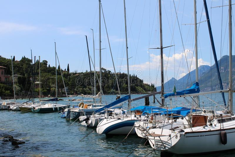 Μαρίνα στη λίμνη Malcesine Garda με τα βουνά στο υπόβαθρο στοκ εικόνα