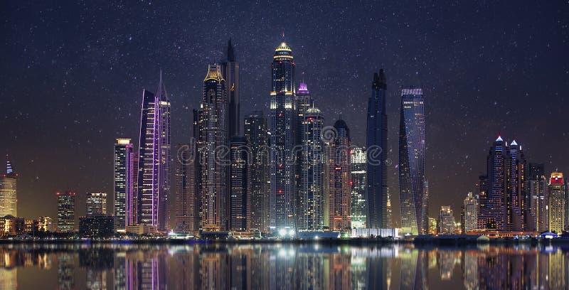 Μαρίνα του Ντουμπάι το βράδυ στοκ εικόνα