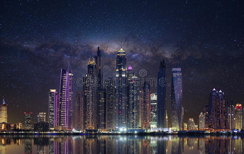 Μαρίνα του Ντουμπάι το βράδυ στοκ εικόνες