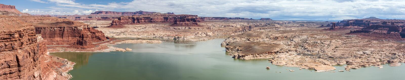 Μαρίνα Hite στη λίμνη Powell και ποταμός του Κολοράντο στην εθνική περιοχή αναψυχής φαραγγιών του Glen στοκ φωτογραφία με δικαίωμα ελεύθερης χρήσης