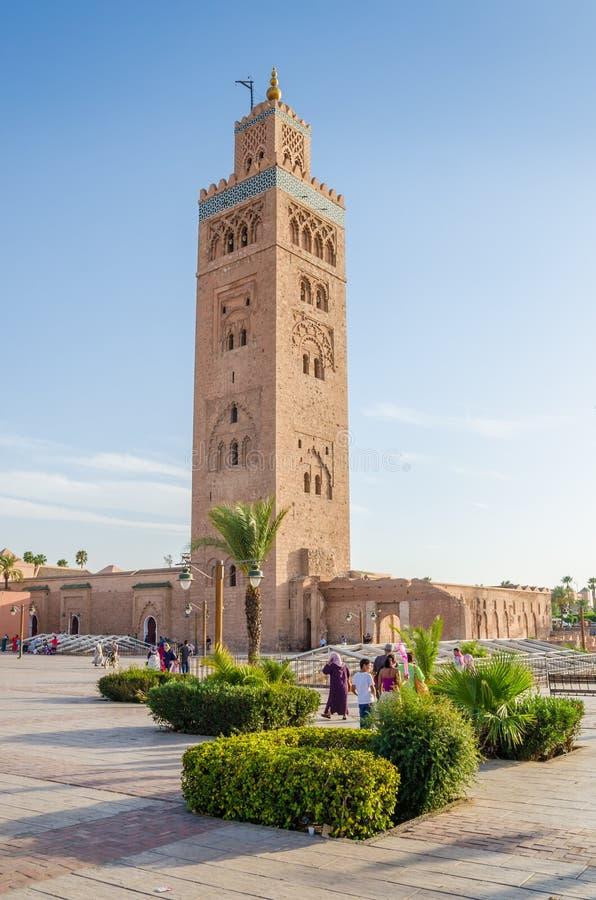 Μαρακές, Μαρόκο - 5 Σεπτεμβρίου 2013: Μουσουλμανικό τέμενος Koutoubia με τους τοπικούς ανθρώπους και τετράγωνο την ηλιόλουστη ημέ στοκ φωτογραφία με δικαίωμα ελεύθερης χρήσης