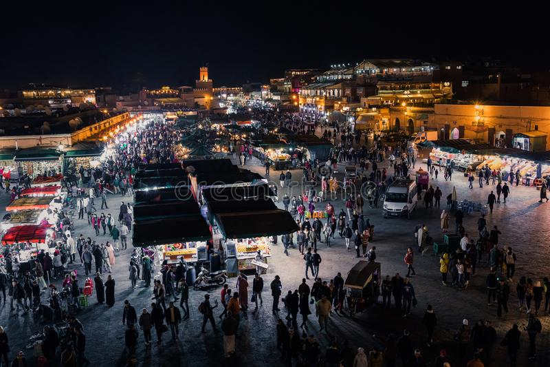 ΜΑΡΑΚΕΣ, ΜΑΡΟΚΟ - 17 ΔΕΚΕΜΒΡΊΟΥ 2017: Squa αγοράς EL Fna Jamaa στοκ φωτογραφία με δικαίωμα ελεύθερης χρήσης