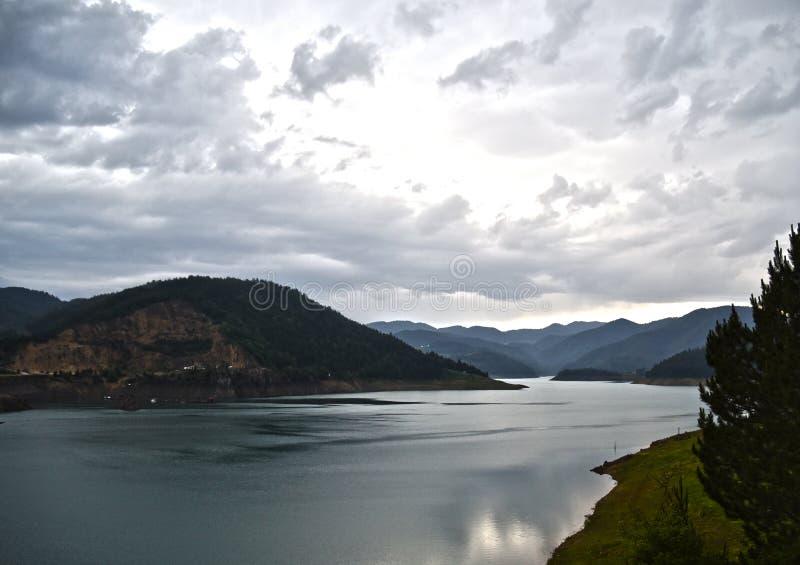 Μαργαριτάρι βουνών, λίμνη ` Zaovine `, ΑΜ Tara στοκ φωτογραφίες