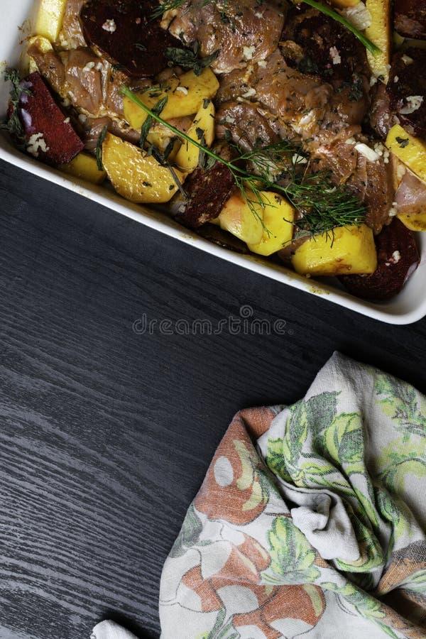 Μαρινάρισμα της Τουρκίας ή του κρέατος κοτόπουλου με τα λαχανικά καρυκευμάτων Ακατέργαστη λωρίδα, στήθος, κοτόπουλο της Τουρκίας  στοκ εικόνα με δικαίωμα ελεύθερης χρήσης