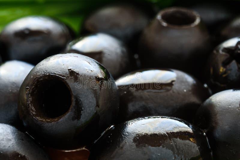 Μαριναρισμένες μαύρες ελιές στο ξύλινο υπόβαθρο στοκ εικόνες