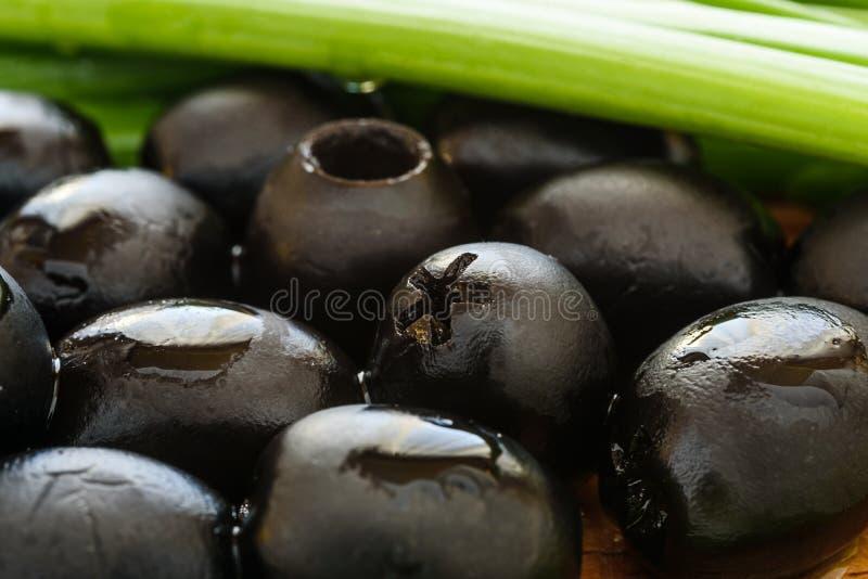 Μαριναρισμένες μαύρες ελιές στο ξύλινο υπόβαθρο στοκ φωτογραφίες με δικαίωμα ελεύθερης χρήσης