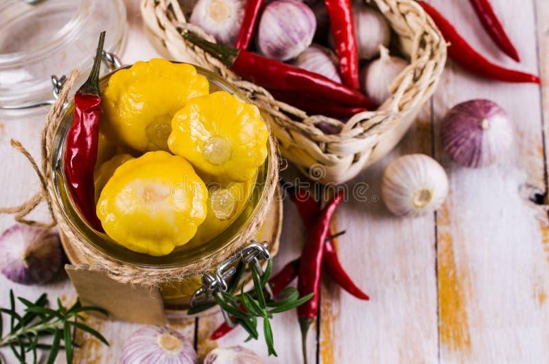 Μαριναρισμένος κίτρινος pattypan στοκ εικόνες με δικαίωμα ελεύθερης χρήσης