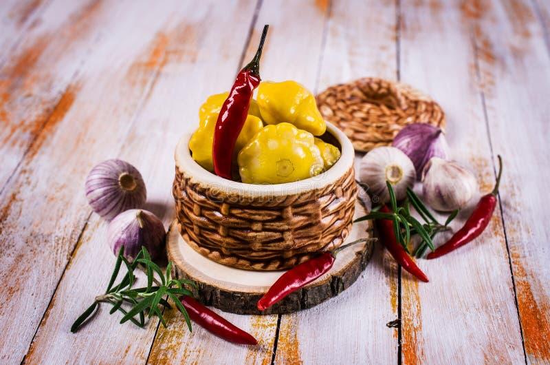 Μαριναρισμένος κίτρινος pattypan στοκ φωτογραφίες με δικαίωμα ελεύθερης χρήσης