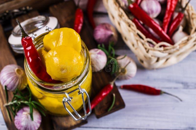 Μαριναρισμένος κίτρινος pattypan στοκ φωτογραφία με δικαίωμα ελεύθερης χρήσης