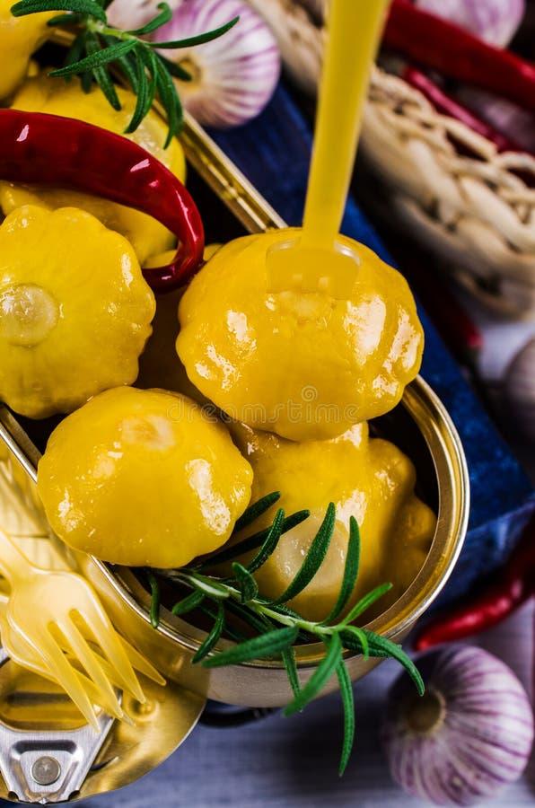 Μαριναρισμένος κίτρινος pattypan στοκ φωτογραφία