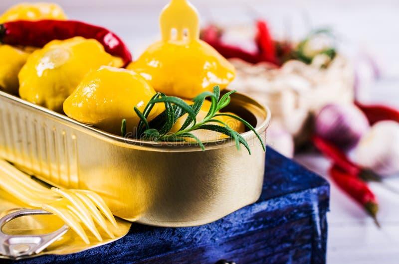 Μαριναρισμένος κίτρινος pattypan στοκ εικόνα με δικαίωμα ελεύθερης χρήσης
