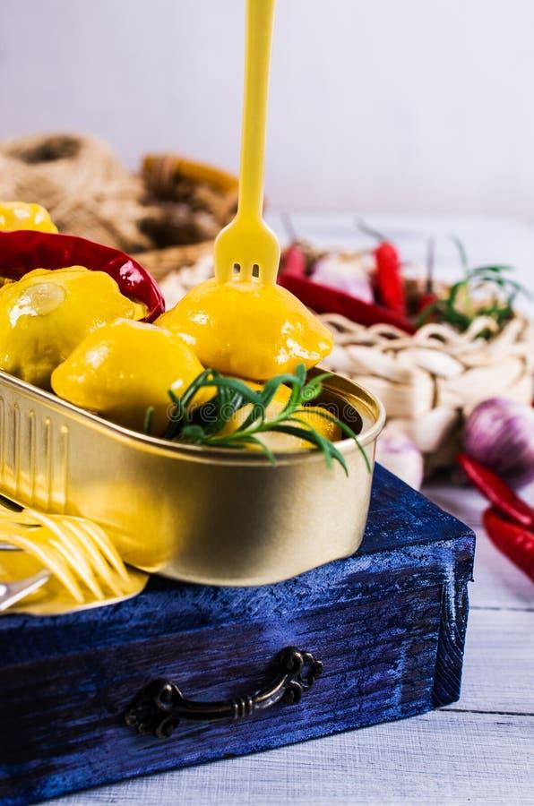 Μαριναρισμένος κίτρινος pattypan στοκ φωτογραφίες