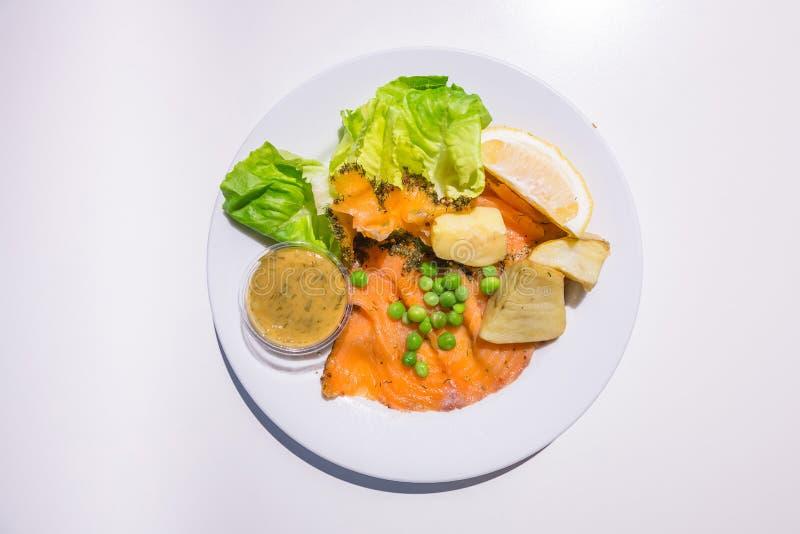 Μαριναρισμένος σολομός με την πράσινη σαλάτα στοκ φωτογραφίες με δικαίωμα ελεύθερης χρήσης
