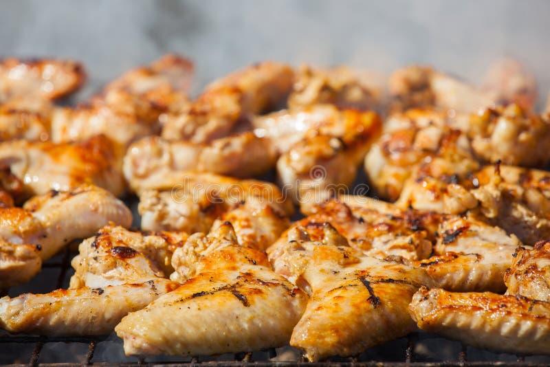 Μαριναρισμένος, τηγανισμένος με φτερά ενός τα τριζάτα χρυσά τηγανισμένα κρούστα κοτόπουλου στοκ φωτογραφία με δικαίωμα ελεύθερης χρήσης
