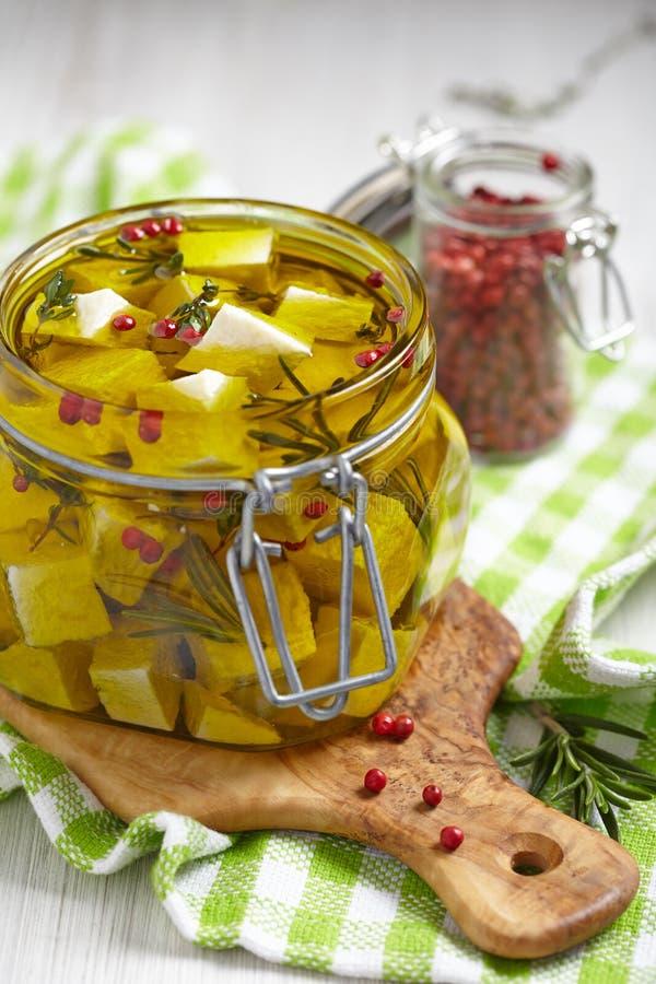 Μαριναρισμένο τυρί στο ελαιόλαδο στοκ εικόνα με δικαίωμα ελεύθερης χρήσης
