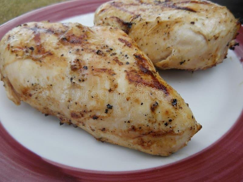 Μαριναρισμένο ψημένο στη σχάρα στήθος κοτόπουλου στοκ φωτογραφίες