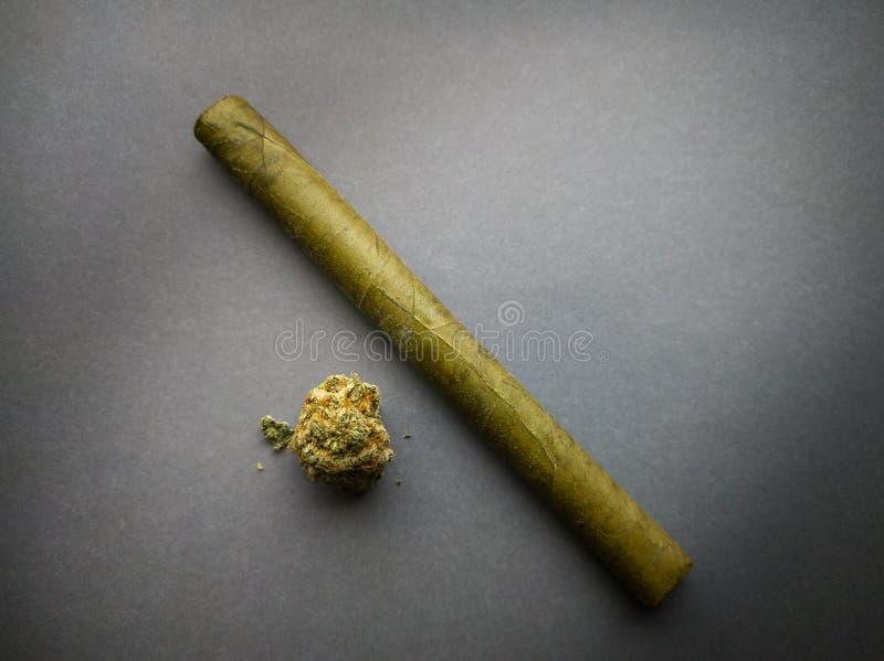 Μαριχουάνα και πουράκι στο γκρίζο υπόβαθρο στοκ φωτογραφίες