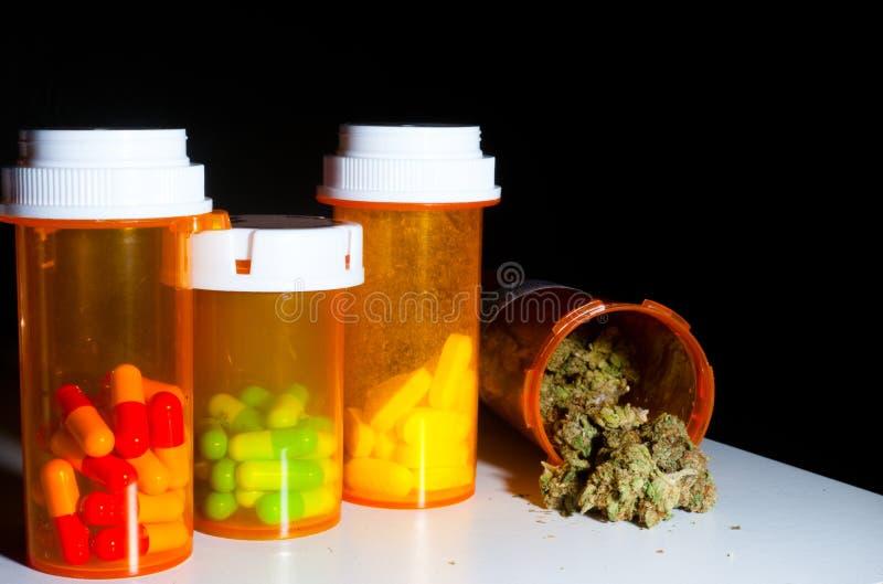 Μαριχουάνα και χάπια στοκ εικόνες με δικαίωμα ελεύθερης χρήσης