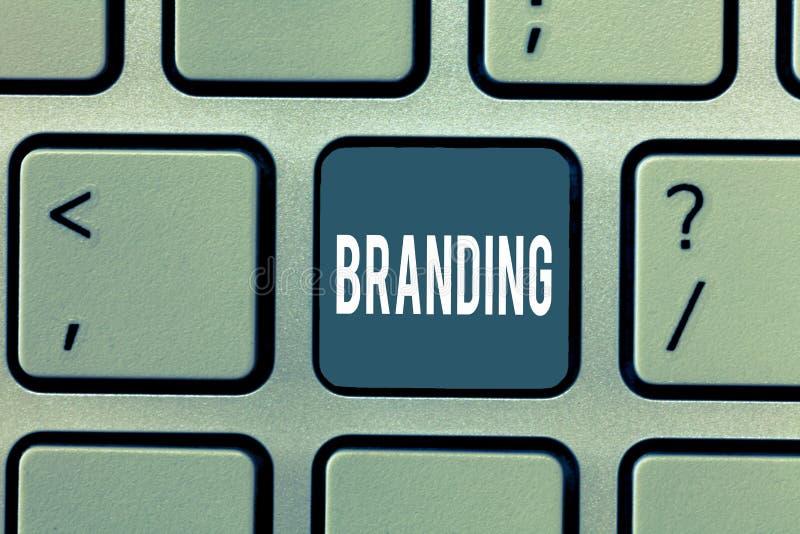 Μαρκάρισμα κειμένων γραψίματος λέξης Επιχειρησιακή έννοια για Assign το εμπορικό σήμα σε κάτι επιχειρησιακή εμπορική στρατηγική στοκ εικόνες με δικαίωμα ελεύθερης χρήσης